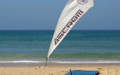 Bandera y tablón en la arena