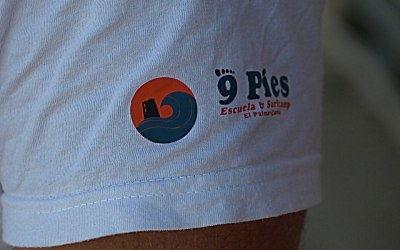 Logo de 9pies en la camiseta