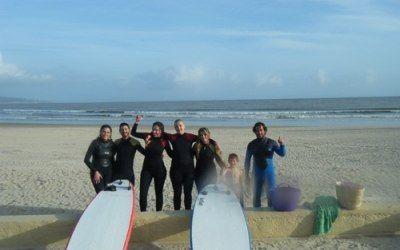 imagenes de unas clases de surf en Barbate, cadiz