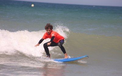 Charlie surfeando